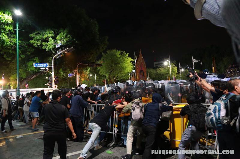 ตำรวจ เตรียมรับมือการชุมนุมการประท้วงต่อต้านรัฐบาล 3 วันติดต่อกันในกรุงเทพฯและสมุทรปราการซึ่งเริ่มขึ้นในวันศุกร์ พล. ต. ต. ปิยะทะวิชัย